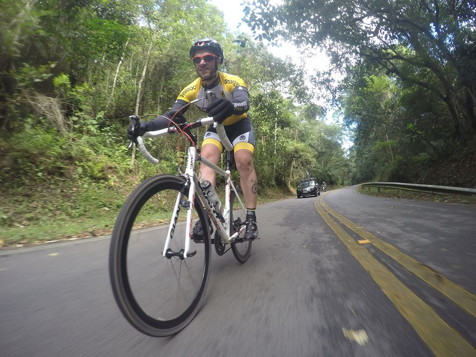 Ciclista do Braddocks Team descendo a Estrada Turística do Jaraguá, em imagem de 2016. Foto: acervo Braddocks Team.