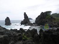 Pantai Rajak'an Ngulung Kulon ( Indahnya Batuan Karang yang Menjulang)