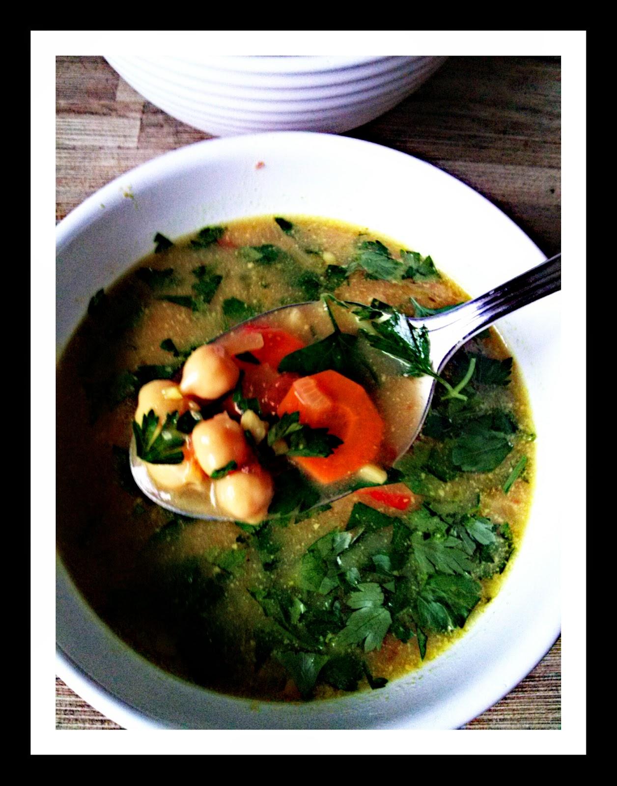 Pikantna zupa tajska z ciecierzycą