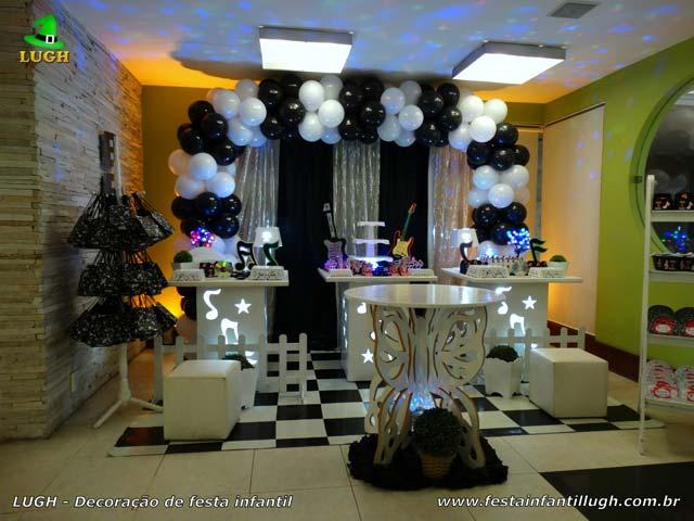 Decoração festa de aniversário tema Discoteca - Provençal simples com mesas de notas musicais