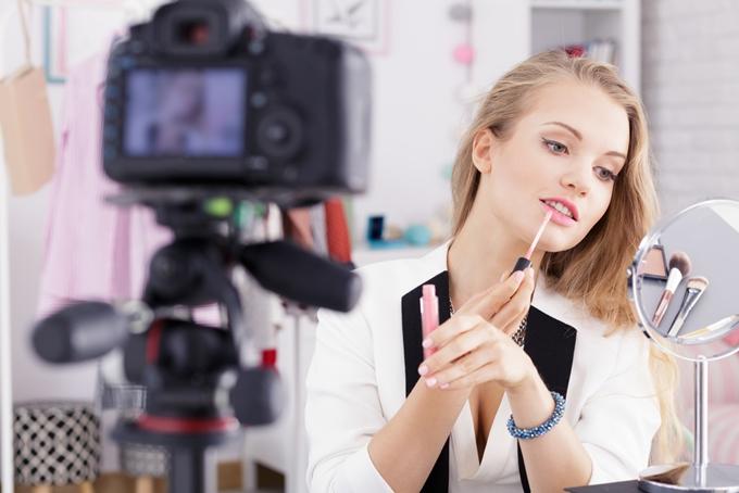 blogueira divulgando produtos