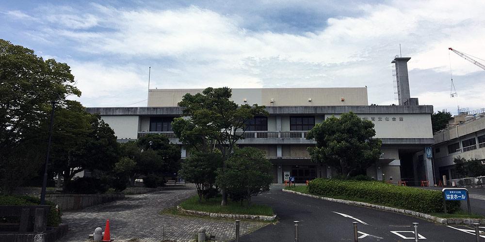 諏訪神社跡地に建つ閉鎖された現在のはまホール(2017年8月23日撮影)