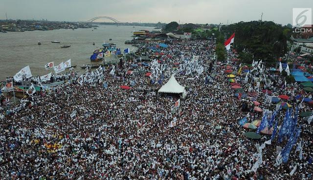 Demi Bertemu Prabowo, Warga Palembang Naik Getek Seberangi Sungai Musi