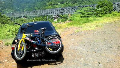 Membawa Sepeda Menggunakan Bike Carrier pada mobil sedan Toyota Great Corolla di Jembatan Kereta Api Cirahong Ciamis