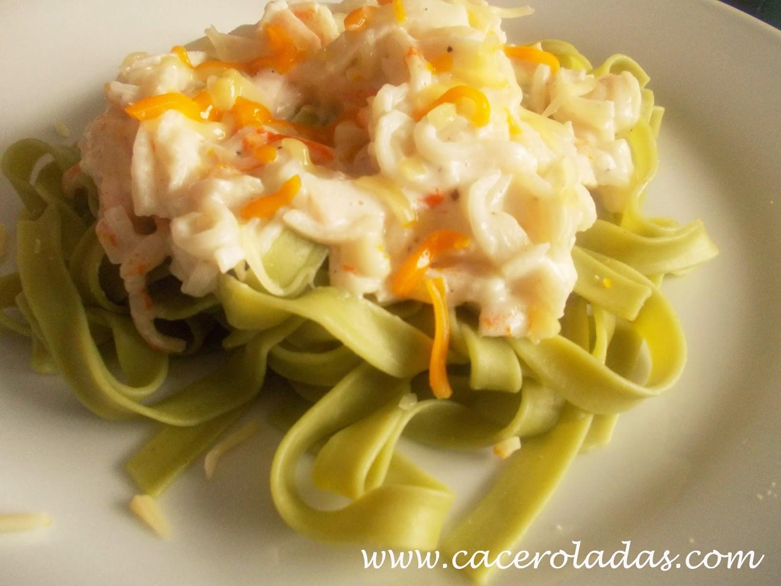 Tallarines de espinacas con surimi al ajillo