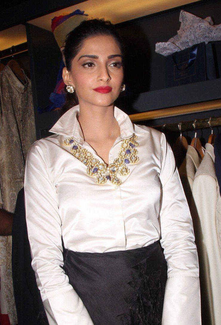 Sonam Kapoor Looks Super Sexy At Raghavendra Rathore Store -4806