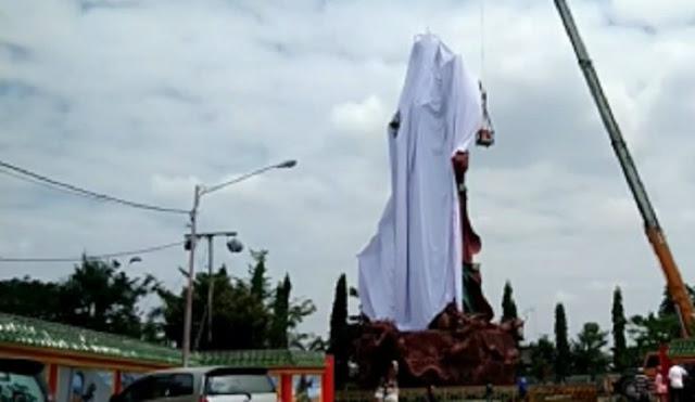 Patung Dewa Perang Di Tuban Ditutupi Kain Putih