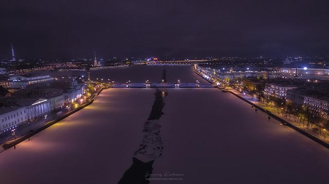 Вид на Санкт-Петербург с высоты птичьего полета, вид с середины Невы