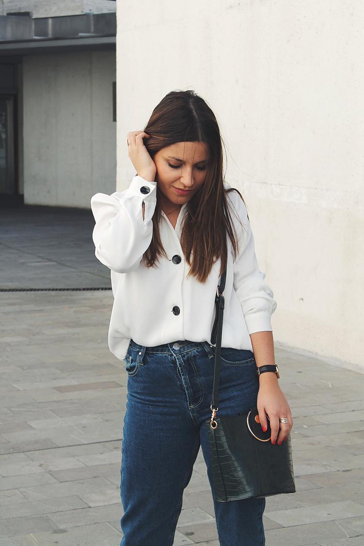 Outfit con camisa blanca y vaqueros