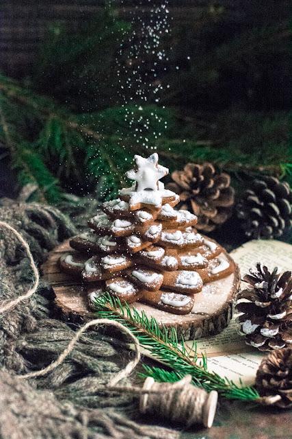 Sapin de Noël en biscuits, sucre glace