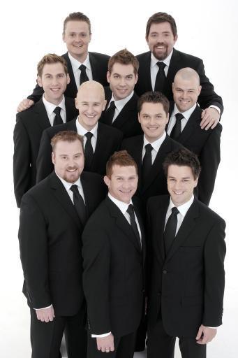 Foto de The Ten Tenors posando con ternos oscuros