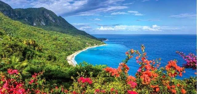 Séjours République Dominicaine - Circuit : paysage avec montagne proche de la plage.