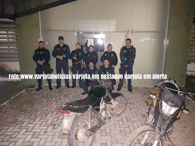 Policiais militares cercam bando
