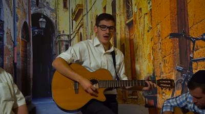 """La canción """"Ayeh"""" fue lanzado por Meir Rosenberg hace un tiempo y alcanzó una gran cantidad de personas que están realmente conectados a este mensaje de Rab Najman de Breslev, aquí hay un video de Meir tocando con amigos en un lugar donde las personas van y vienen acercarse a Hashem a través de la música y el aprendizaje."""