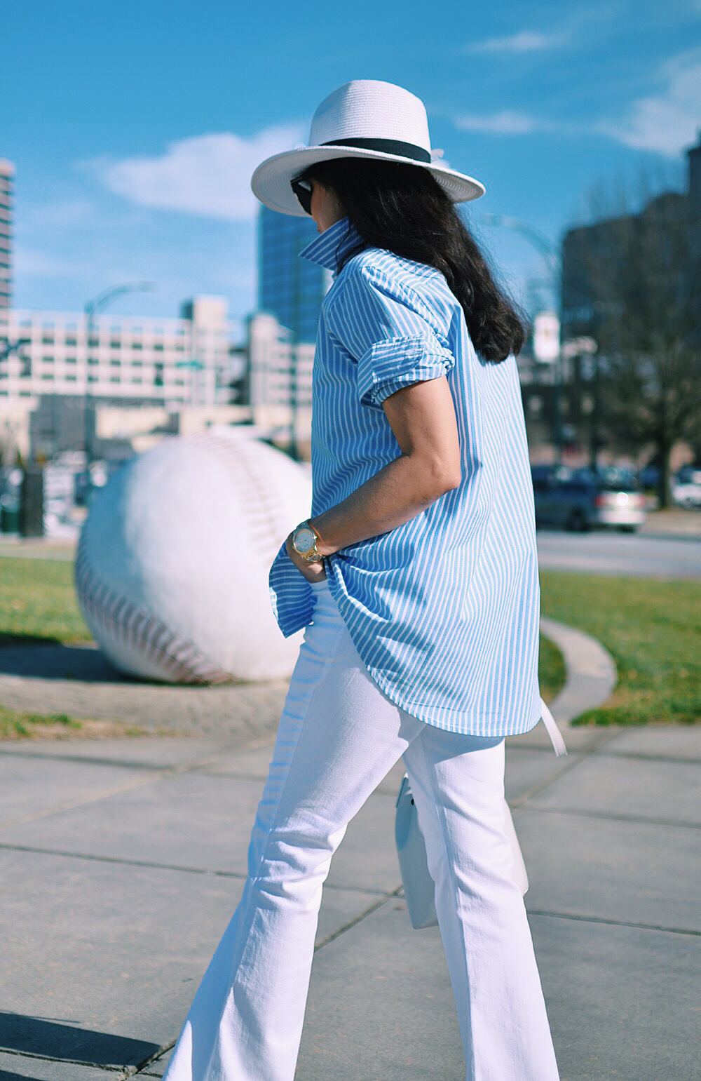Untucked shirt street style outfit