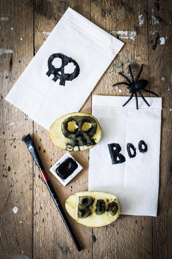 DIY Halloween Dekoration - Schritt 4: Anleitung für eine schaurige Wimpelkette mit Kartoffeldruck. Happy Crafting by titatoni.de