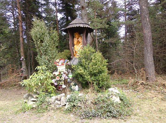 Kapliczka z drewnianą figurą Chrystusa Frasobliwego
