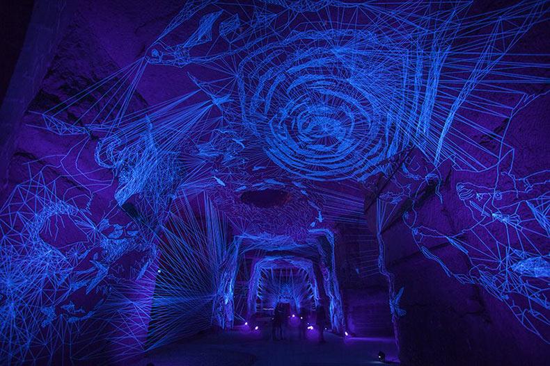 Cuevas Estelares: Túneles immersivos con dibujos con hilos iluminado con luz ultravioleta