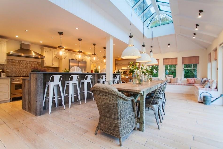 Kuchnia sercem domu, wystrój wnętrz, wnętrza, urządzanie domu, dekoracje wnętrz, aranżacja wnętrz, inspiracje wnętrz,interior design , dom i wnętrze, aranżacja mieszkania, modne wnętrza, styl klasyczny, styl industrialny, duża kuchnia, kitchen, jadalnia, wyspa kuchenna, projekt kuchni, szara kuchnia,