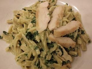 Gorgonzolasauce mit Spinat und Hähnchenstreifen