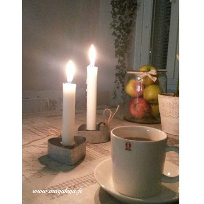 aamukahvit kynttilanvalossa