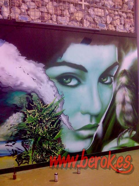 graffiti de cara de chica verde cannabis