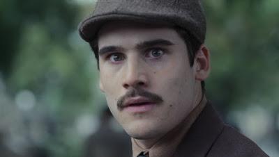 Alfredo (Nicolas Prattes) se assusta ao ver Marion (Ellen Rocche) no cemitério — Foto: Globo