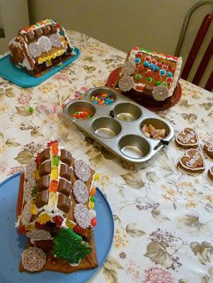 Lebkuchenhaus mit Kindern dekorieren