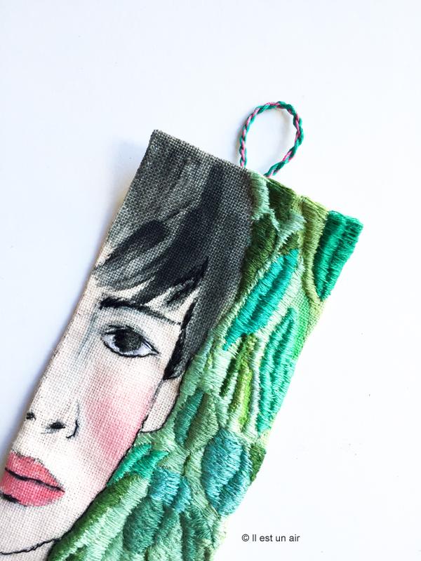 Femme brodée avec motifs végétaux - détail