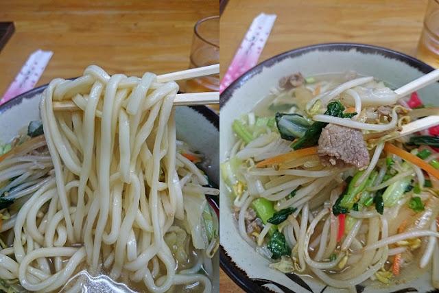 野菜そばの麺とトッピングの写真