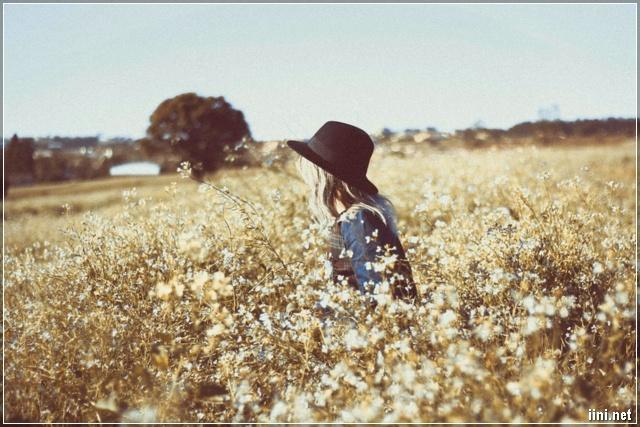 ảnh cô gái trong vườn hoa dại