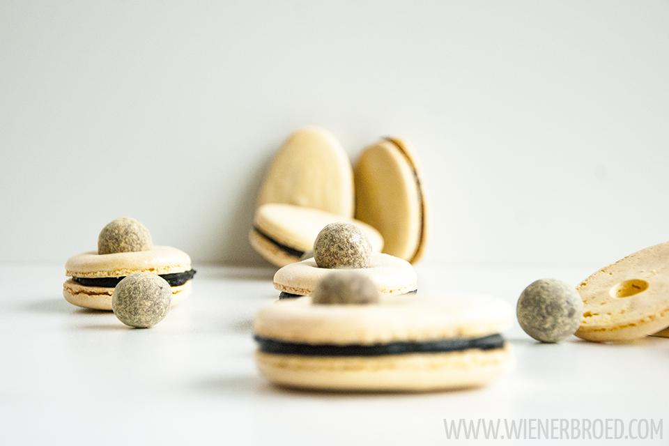 """Rezept für Lakritz-Macaron-Eier, zarte Macarons mit einer dunklen Schoko-Ganache mit einem Hauch Lakritz und den """"Dark & Passion""""-Lakritz-Kugeln von Lakrids by Johan Bülow / Recipe for liquorice macaron eggs [wienerbroed.com]"""