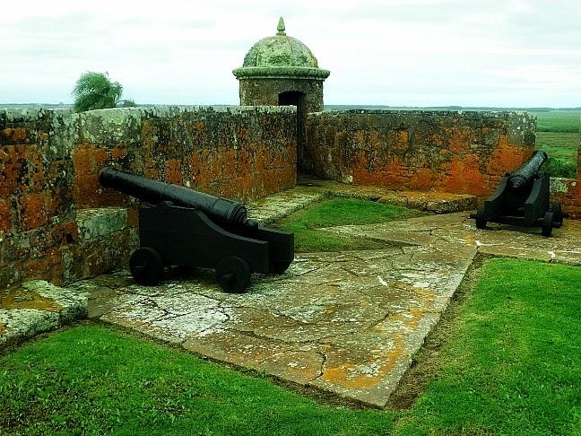 Canhões no Forte de São Miguel, Chuy, Uruguai