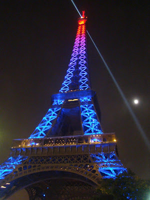 Torre Eiffel com iluminação e efeitos especiais - Paris - França
