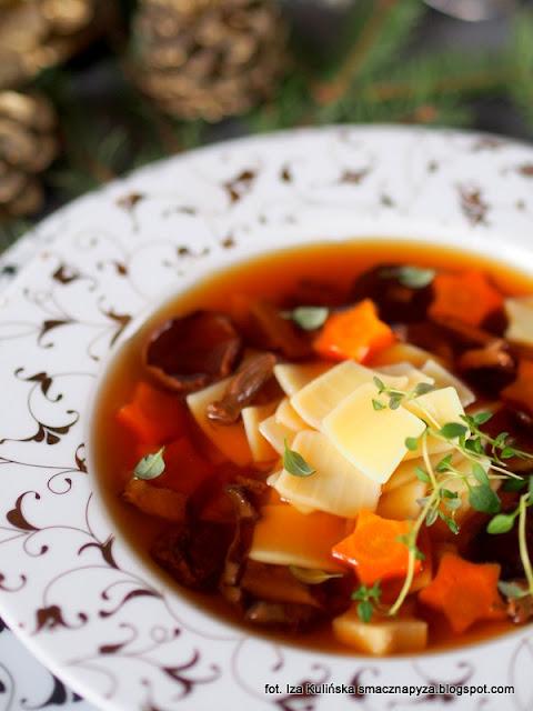 zupa wigilijna, bulion warzywno grzybowy, bulion grzybowo warzywny, potrawy na wigilijny stol, dania na wigilie, grzyby, zupa borowikowa z lazankami, czysta grzybowa
