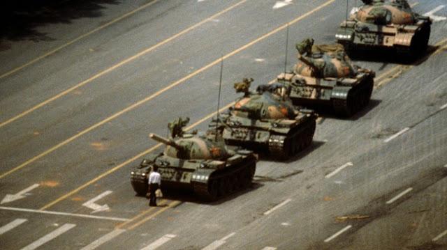 5 Haziran 1989'da Tiananmem Meydanı'ndan Geçen Tankları Durduran Meçhul Asi