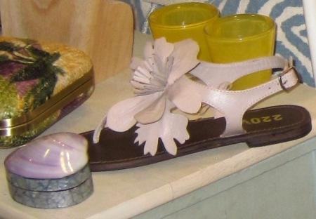 Sandalias planas flor piel. Cajita concha