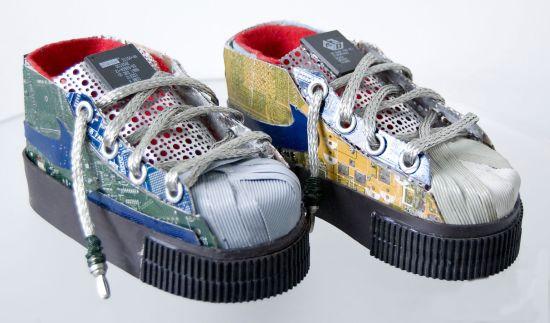 94d450800c94 Gabriel Dishaw развил эту темы дальше модных дизайнеров и создал  металлические кроссовки и туфли. Материалом для его работ служат  всевозможные микросхемы от ...