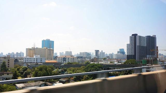 Изображение вида на город Бангкок с автотрассы