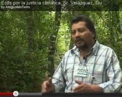 Captura de pantalla de video, en que un hombre habla en el bosque. En el título del video se lee la frase Ecos por la justicia climática, señor Velázquez