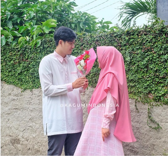 foto ressa rere dengan hijab syari berwarna pink