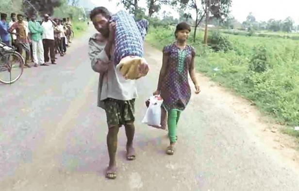 Heboh!!!! Video Suami Gendong Mayat Istri Sejauh 12 Km karena Tak Mampu Bayar Ambulans,,,Bantu Share Untuk Rasa Kamanusian