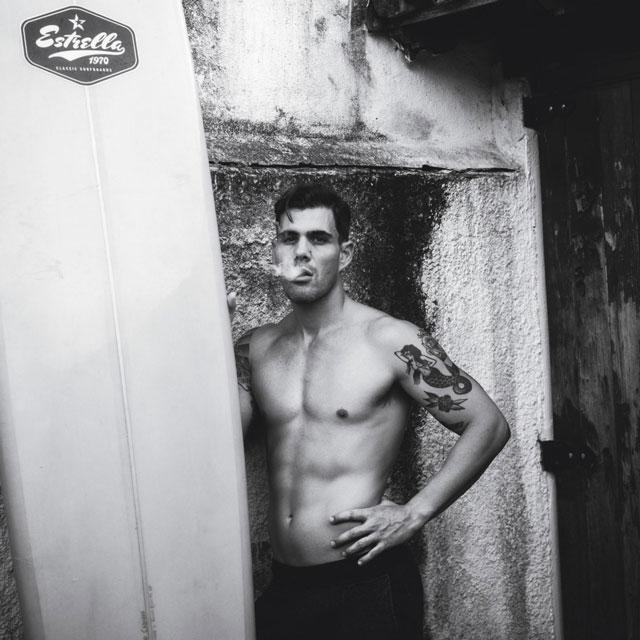 Juliano Cazarré mostra o corpo sarado conquistado com natação, surf e musculação. Foto: Diego Bresani