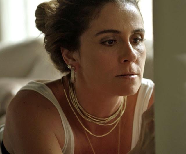 Atena (Giovanna Antonelli) colar, colera, em A regra do jogo