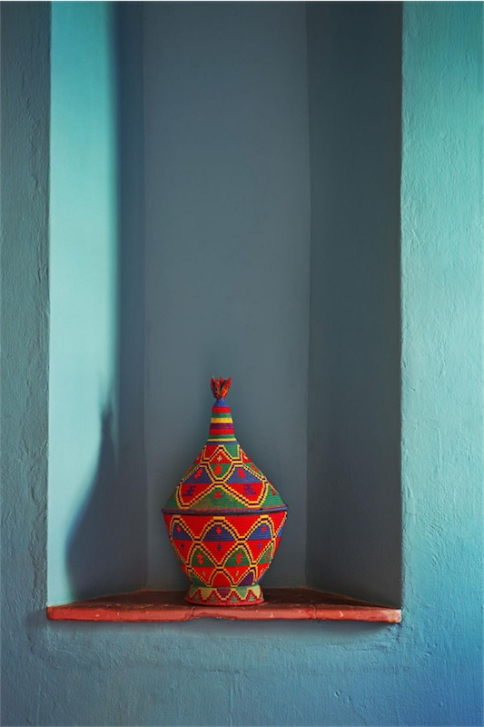 pared azul turquesa y pieza de artesaníalocal casa en Marrakech chicanddeco