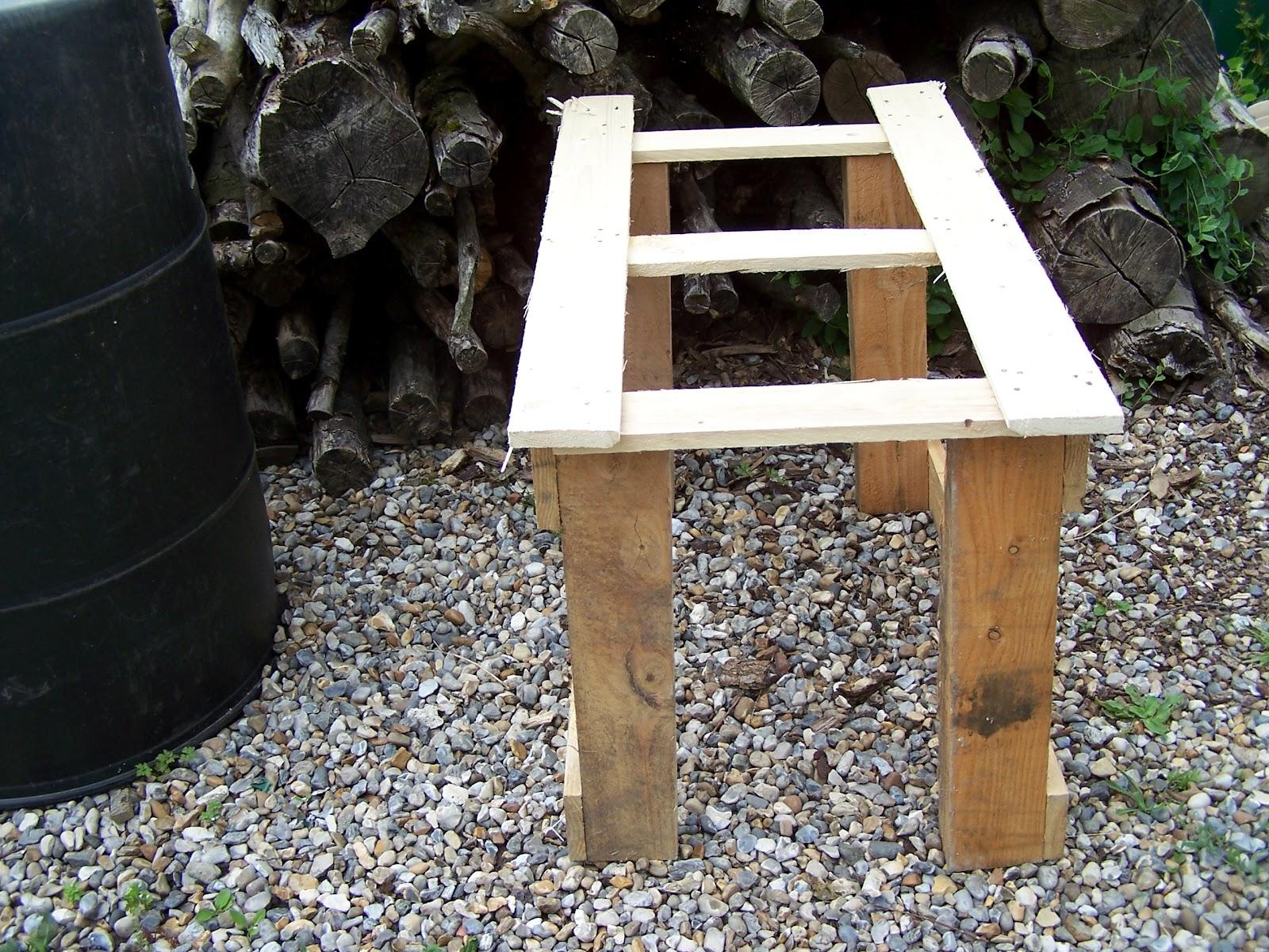 construction d 39 une table de culture en palettes. Black Bedroom Furniture Sets. Home Design Ideas