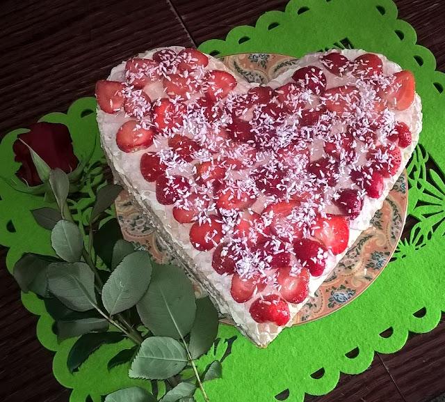 tort bez pieczenia na waflach z truskawkami
