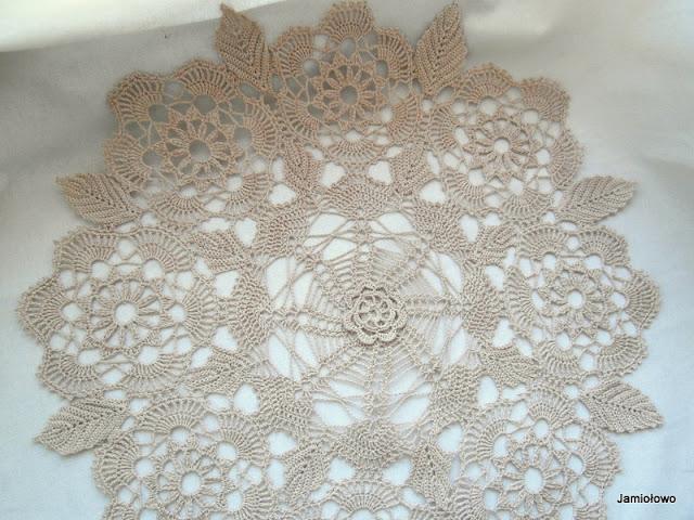jasnobeżowa serweta w kwiaty