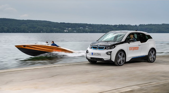 The BMW i3 is launched into the water, transplanting its batteries in the boat Torqeedo Deep Blue