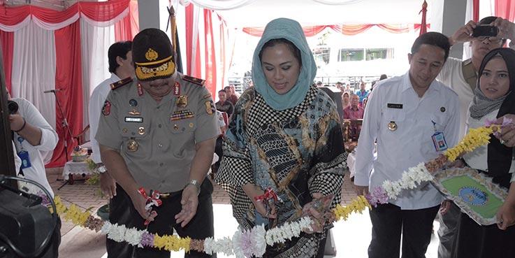 Bupati Karawang dr. Cellica Nurrachadiana meresmikan penggunaan Gedung Kantor Badan Narkotika Nasional Kabupaten (BNNK) Karawang, Kamis (9/2/2017).